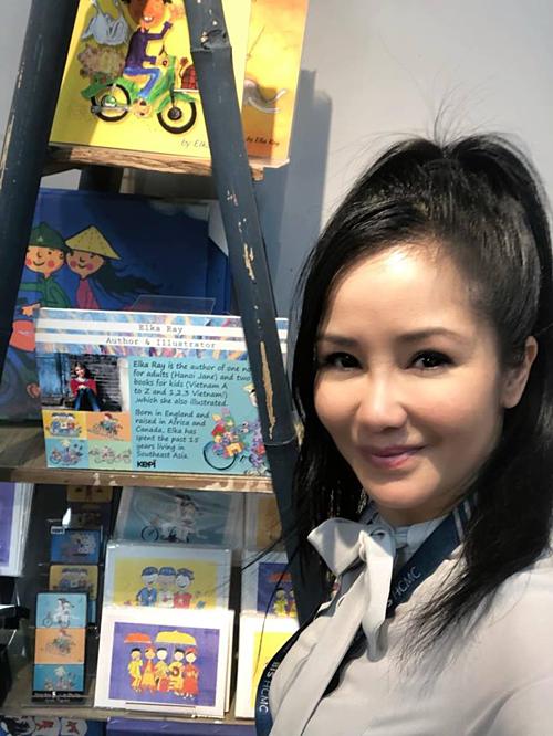 Hồng Nhung cho biết cảnhà cô đềuyêu thích bưu thiếp với hình vẽ ngộ nghĩnh, yêu đời, rất kiểu dân gian Việt Nam.