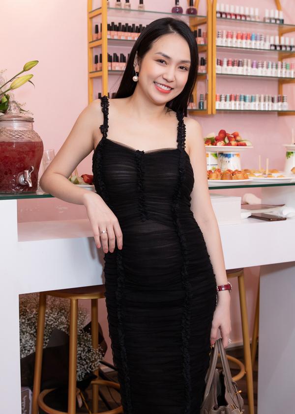 Hương Baby - vợ ca sĩ Tuấn Hưng - đang mang thai con thứ ba. Cô mặc váy bó xuyên thấu, khoe vòng hai lớn hơn trước nhiều.