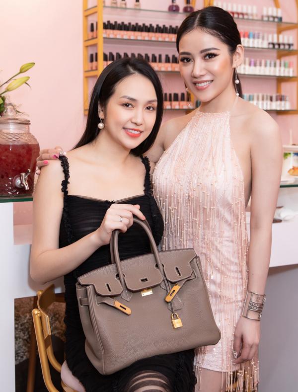 Hương Baby cho biết cô từ Hà Nội vào Sài Gòn công tác nhân tiện tới chung vui với bạn thân Milan Phạm.