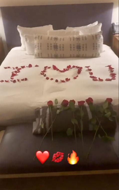 Alex Rodriguez chia sẻ hình ảnh phòng ngủ lãng mạn sau khi anh cầu hôn Jennifer Lopez.
