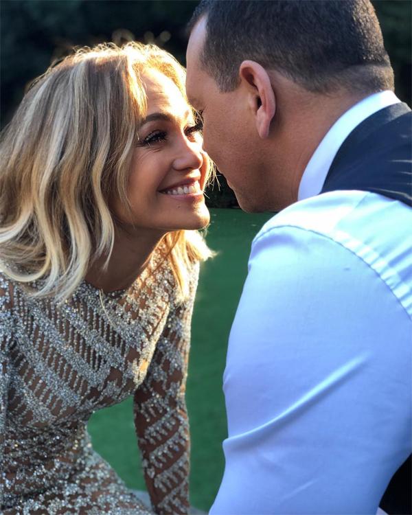 Ở tuổi 49, Jennifer Lopez cảm thấy như được hồi teen khi yêu Alex Rodriguez.