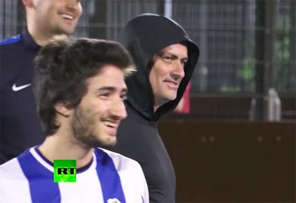 Nhà cầm quân Bồ Đào Nha tham gia một trận bóng với con trai Jose Jr