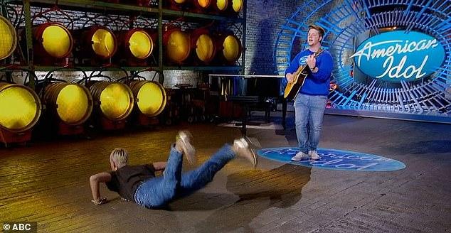 Katy Perry lăn lê nhảy trên sân khấu American Idol.