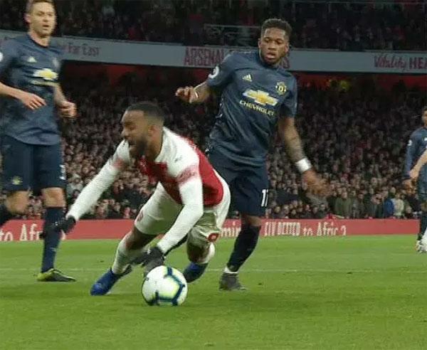 Tác động của Fred được cho là chưa đủ mạnh nhưng Lacazette vẫn ngã lăn ra sân trong vòng cấm, mang về quả phạt đền cho Arsenal. Ảnh: Skysports