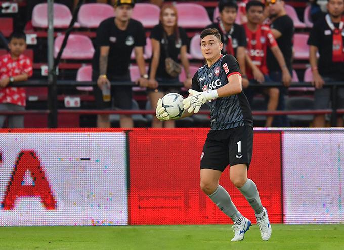 Văn Lâm trong chiến thắng 2-1 của Muangthong United trước Chiangmai. Ảnh: MTU.