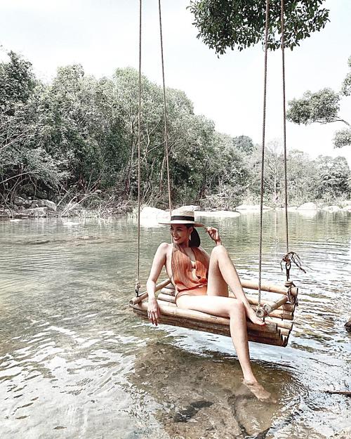 Lan Khuê thảnh thơi dưới làn nước trong veo khidu lịch ở Nha Trang.
