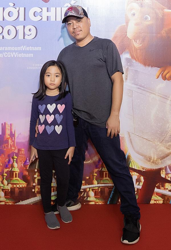 Đạo diễn Lê Thanh Sơn đi xem phim cùng con gái.
