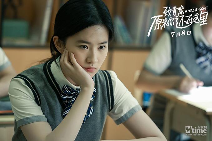 Không hổ danh là thần tiên tỷ tỷ của màn ảnh Trung Quốc, Lưu Diệc Phi khéo khoe khí chất trong sáng và trẻ hơn tuổi thật, bất kể ngoài đời hay trên phim. Cô đóng chính phim Gửi thanh xuân: Hóa ra anh vẫn ở đây khi 28 tuổi, nhưng tạo được sự hòa hợp với nhân vật ở giai đoạn ngồi trên ghế nhà trường.