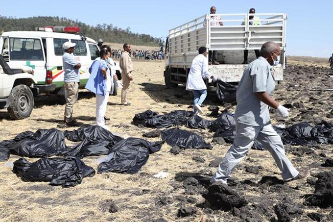 Các nhân viên cứu hộ đi thu nhặt xác các nạn nhân tại hiện trường rơi máy bay ở Ethiopia. Ảnh: AFP.