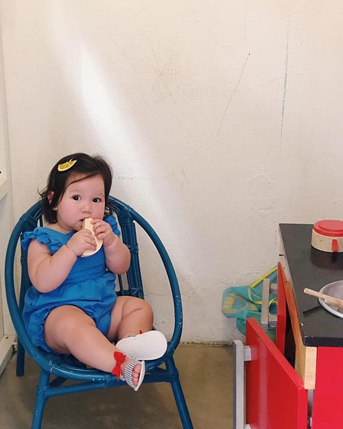 Dì My bắt nấu nướng nhưngMyla chỉ thích ăn vụng mà thôi, siêu mẫu Hà Anh chú thích về bức ảnh đáng yêu của con gái.
