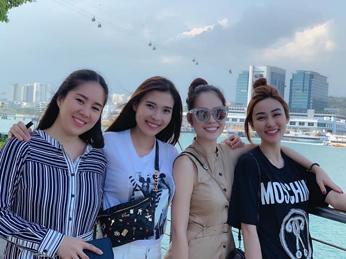 Ngân Khánh cùng hội bạn thân gồm các diễn viên nữ Lê Phương, Thúy Diễm và Dương Cẩm Lynh trong chuyến du lịch Singapore.