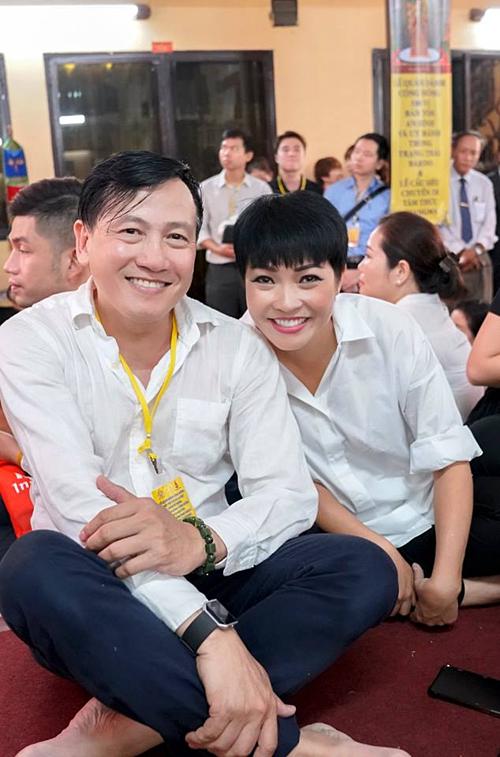 Ca sĩ Phương Thanh đi chùa cầu sức khỏe cho một người bạn.