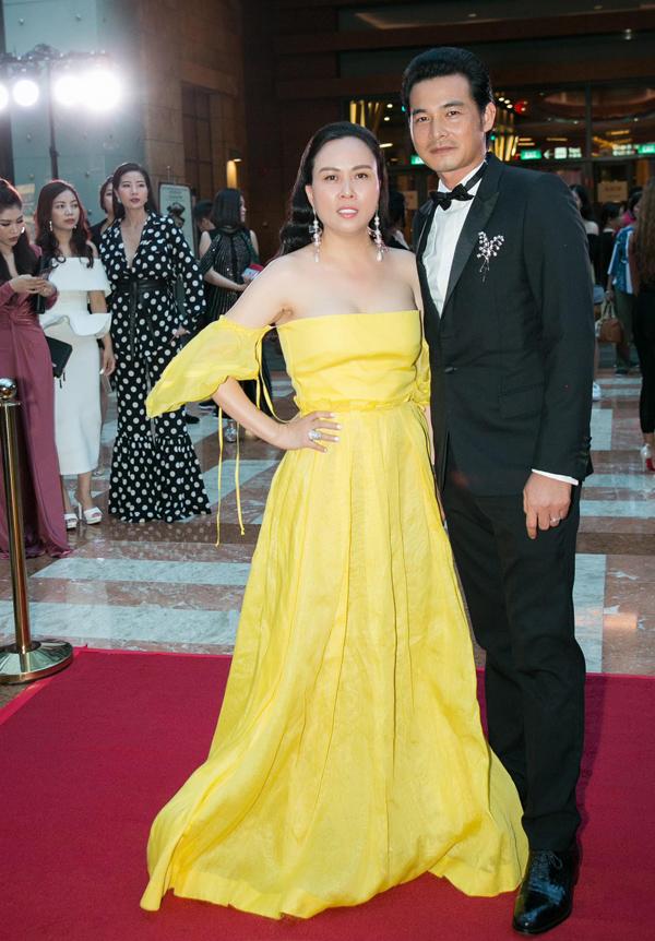 Phượng Chanel xúng xính đầm dài quét đất, sóng đôi bạn trai Quách Ngọc Ngoan trên thảm đỏ Đêm hội chân dài ở Singapore, tối 9/3.