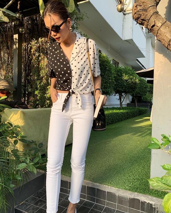 Áo thun, sơ mi, jeans skinny là những món đồ được Thanh Hằng sử dụng để phối đồ linh hoạt và tạo điểm nhấn trẻ trung cho street style mùa hè.
