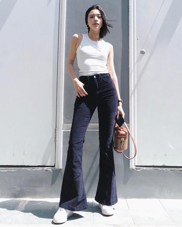 Tú Hảo lăng xê mốt dùng túi cặp lồng với bộ trang phục khoe dáng sexy gồm áo hở eo và quần ống loe.