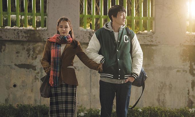 Son Ye Jin đóng cặp với So Ji Sub trong phim Be With You khi cô 35 tuổi. Nhờ nhan sắc thánh thiện, chị đẹp xứ Hàn tự mình thể hiện hình ảnh nhân vật ở độ tuổi 17, khi còn là một nữ sinh trung học.