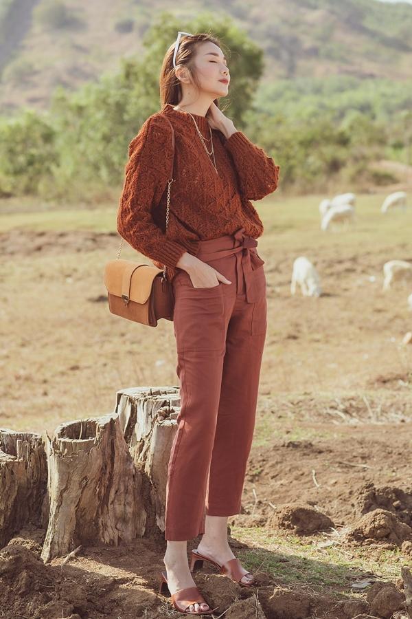Cô sở hữu phong cách thời trang sành điệu và phủ nhiều hàng hiệu.