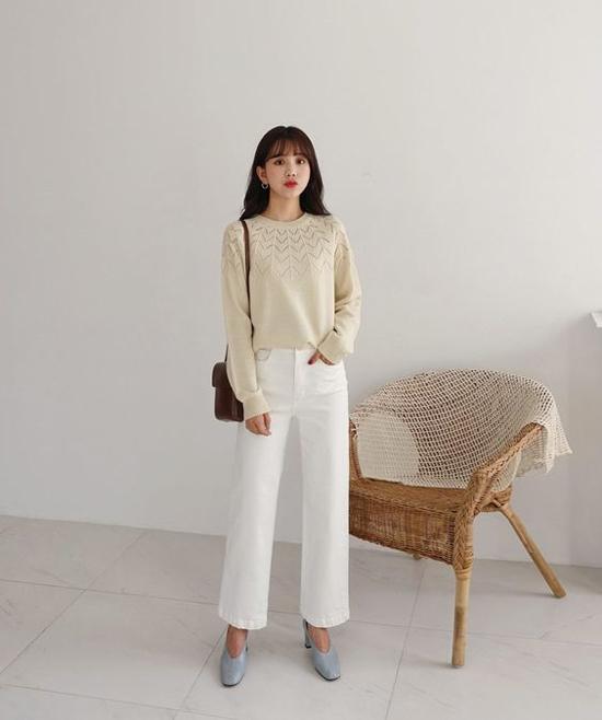 Jeans ống uông với nhiều tông màu hợp thời trang là món đồ đơn giản nhưng vẫn khiến phái đẹp sành điệu đến công sở. Đồng thời dáng quần suông còn giúp họ trở nên cao ráo hơn.
