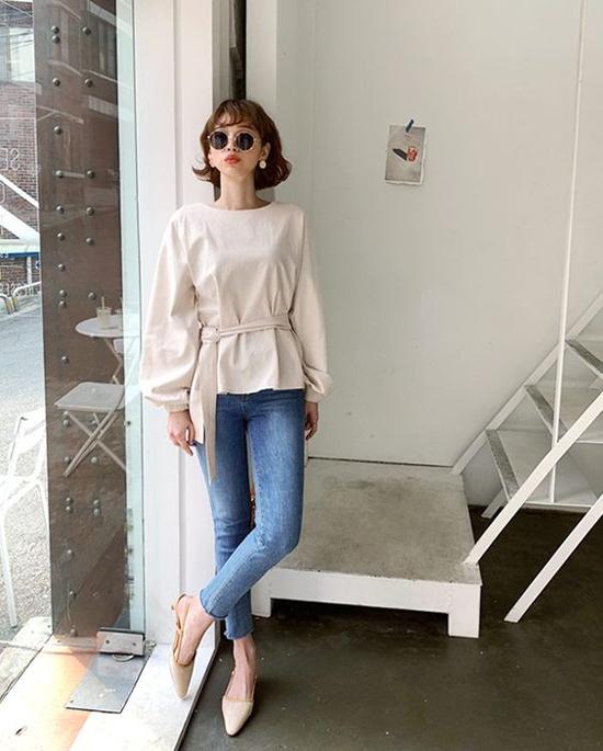 Với các kiểu quần jeans ống ôm, người mặc vẫn có thể khoe được vẻ gợi cảm và tôn chân thon dài. Ngoài áo thun kiểu basic, các nàng có thể chọn thêm áo blouse, sơ mi cách điệu để chưng diện khi đến văn phòng hoặc đi cà phê cùng bạn bè.