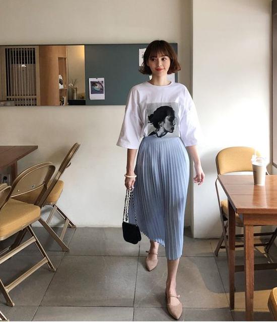 Ngoài việc kết hợp áo thun ngắn tay và quần jeans, mẫu trang phục quen thuộc này còn được mix cùng các kiểu chân váy midi.