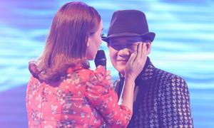Phi Nhung vuốt má, ôm chặt Tuấn Vũ trên sân khấu