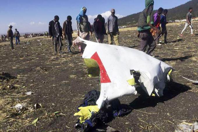 Xác máy bay rơi cách sân bay Addis Ababa khoảng 50 km. Ảnh: Reuters.