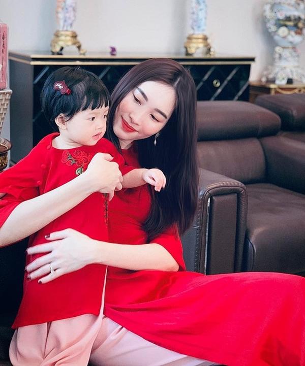 Thu Thảo và con gái diện áo dài đôi dịp Tết Nguyên đán vừa qua.