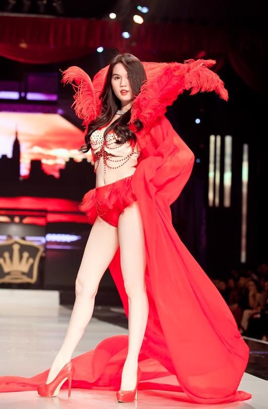 Ngọc Trinh và những màn trình diễn nội y trên sàn catwalk - 6