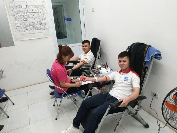 Các nam nhân viên Điện máy Xanh tham máu nhân đạo - 2