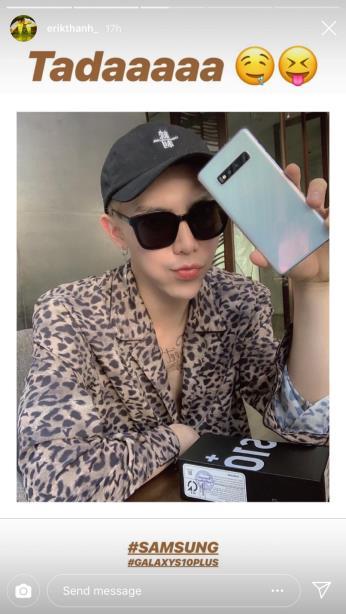 Không chọn phiên bản xanh lục bảo, Erik sắm cho mình một chiếc Galaxy S10+ phiên bản trắng pha lê. Đây cũng là phiên bản được yêu thích tại một số thị trường nhờ khả năng phản xạ màu sắc khi có ánh sáng chiếu vào mặt lưng. Với smartphone mới,Erik dễ dàng biến hoá phong cách, vừa trang nhã, tinh tế nhưng cũng không kém phần trẻ trung, tươi mới.