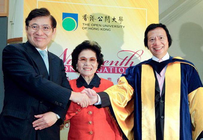 10. Kwong Siu-hing, 89 tuổi, quốc tịch: Hong Kong.Tài sản: 15,1 tỷ USDBà Kwong Siu-hing là vợ của đồng sáng lập tập đoàn bất động sản Sun Hung Kai tại Hong Kong, ông Kwok Tak-seng. Nữ tỷ phú hiện sở hữu gần 26,6% cổ phần Sun Hung Kai và là một trong những người giàu nhất Hong Kong. Tuy nhiên cuộc đời nữ tỷ phú gặp nhiều phiền muộn khi các con tranh đấu lẫn nhau. Bà Kwong Siu-hing từng giữ chức chủ tịch tập đoàn bất động sản này giai đoạn 2008 – 2011 sau khi con trai cả, ông Walter, bị chính hai người em trai Thomas và Raymond lật đổ. Ông Raymond trở thành chủ tịch duy nhất của Sun Hung Kai năm 2014 khi ông Thomas bị phạt tù 5 năm vì hối lộ. Còn ông Walter qua đời năm 2018. Ảnh: The Straits Times.