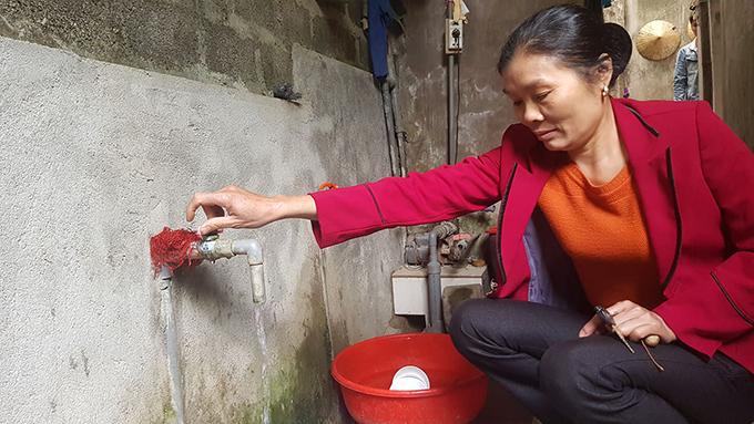 Gia đình bà Đức và hàng trăm hộ dân làng Tu Mục 2 khốn đốn vì mất nước.