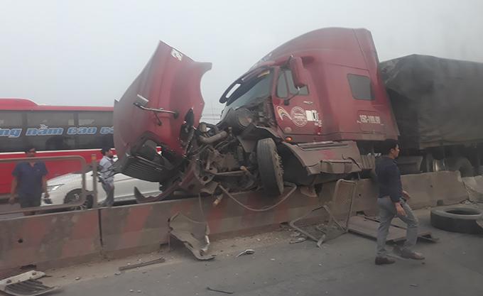 Container vỡ rụng bánh, nát đầu sau tai nạn.