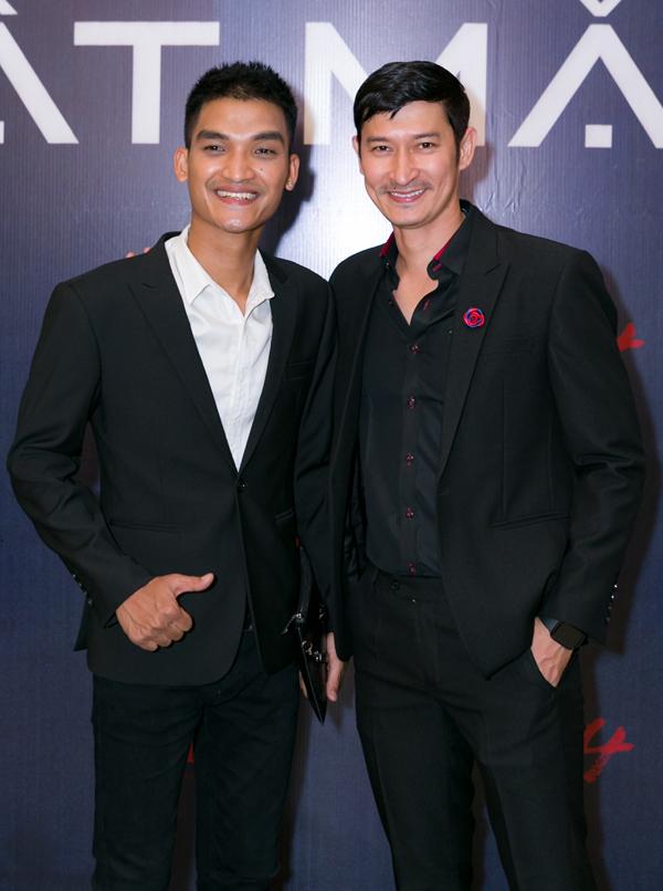 Mạc Văn Khoa (trái) cùng đàn anh Huy Khánh có nhiều màn tấu hài trong phim.