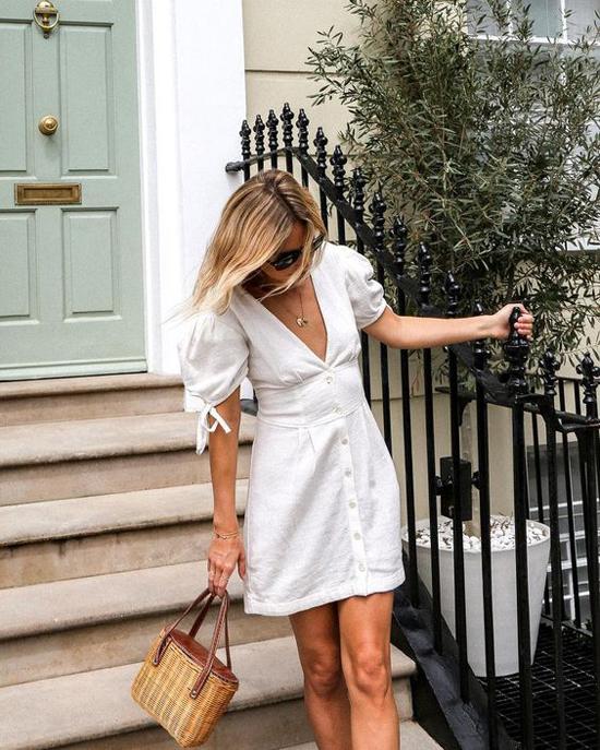 Tông trắng không kén da vì thế dù có làn da bánh mật hay trắng nõn như trứng gà bóc thì các quý cô vẫn có thể ung dung diện váy trắng.