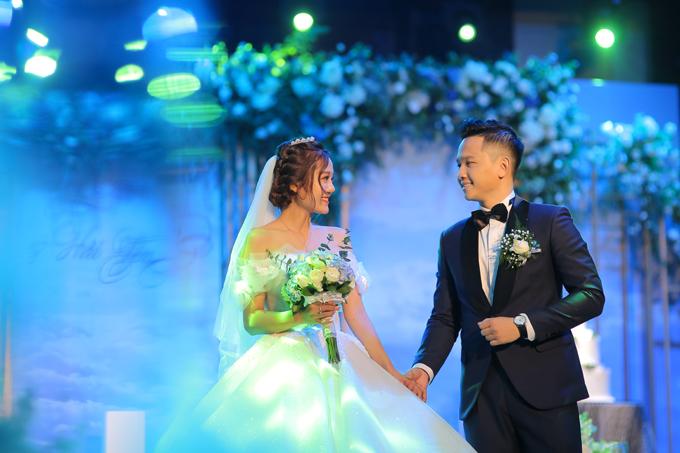 Chú rểHoàng Quân (1991) đã chính thức nên duyên vợ chồng với youtuber Ngô Hải Yến (1991)vào ngày 7/3 tại Hà Nội. Nam MC được biết đến với vai trò dẫn dắtchương trình Cà phê sáng với VTV3, là Biên tập viên kiêm MC thể thao của truyền hình FPT. Ngoài ra, anh cũng từng đạt danh hiệu Á quân cuộc thi MC Cầu vồng 2015, Top 13 gương mặt trẻ tiêu biểu dưới 35 tuổi của FPT (FPT Under 35) năm 2018.Còn vị hôn thê của anh là một youtuber được yêu mến của kênh SChannel - một kênh thông tin dành cho giới trẻ với 1,7 triệu lượt Subcribe.