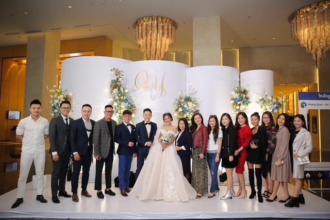 Đám cưới của uyên ương có sự tham dự của nhiều MC, người nổi tiếng là bạn bè thân thiết của Hoàng Quân, Hải Yến nhưMC Đức Bảo (thứ hai từ trái sang),MC Hoàng Linh (ngoài cùng bên phải),