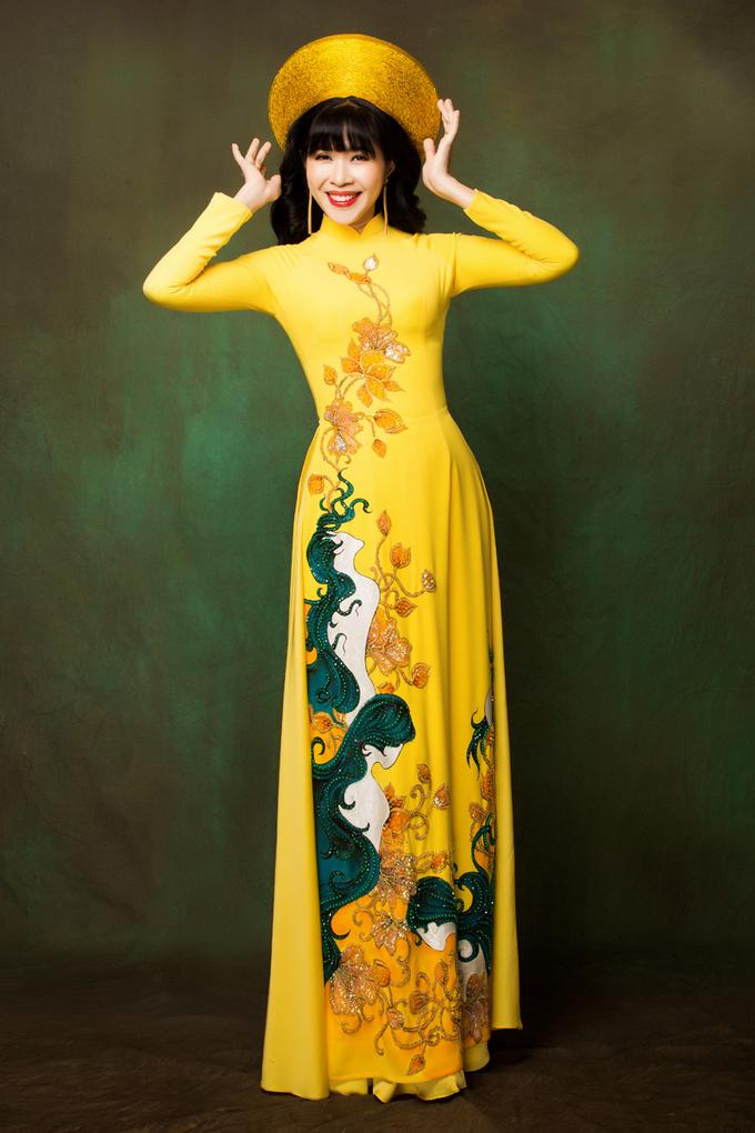 MC Quỳnh Hoa gợi ý áo dài bà sui họa tiết hoa sen