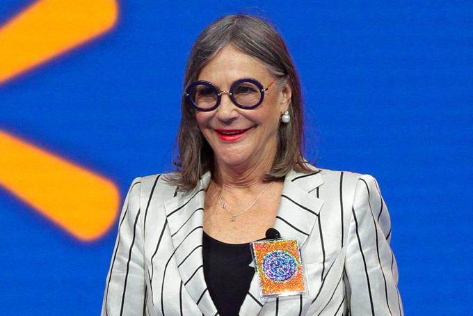 [Captio2. Alice Walton - 44,4 tỷ USDBà Alice năm nay 69 tuổi, là con gái duy nhất của Sam Walton, nhà sáng lập đế chế bán lẻ Walmart. Khác với các anh em trong gia đình tham gia điều hành Walmart, tỷ phú Alice Walton lại hứng thú với nghệ thuật nhiều hơn. Năm 2011, bà Alice khai trương một bảo tàng nghệ thuật của riêng mình ở bang Arkansas quê nhà. Bộ sưu tập các tác phẩm nghệ thuật của bà có giá hàng trăm triệu USD. Ảnh:CNBC.