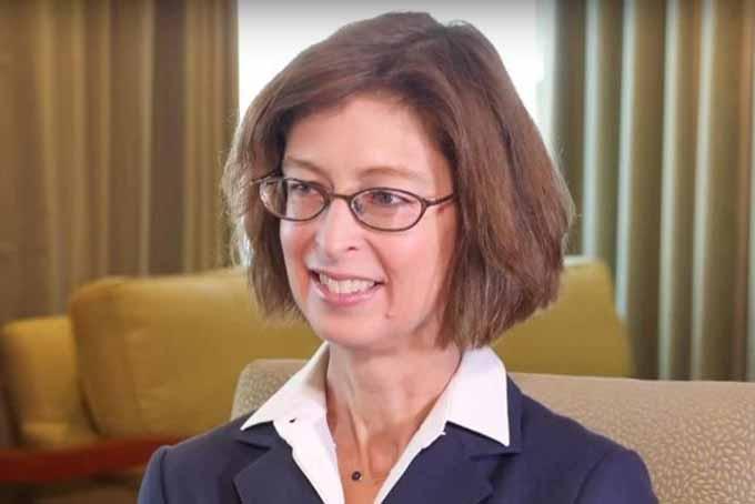 [CaptioAbigail Johnson15,6 tỷ USDBà Abigail Jonhson đang là CEO và chủ tịch của Fidelity Investments và sở hữu 24,5% cổ phần của tập đoàn tài chính đang quản lý gần2.500 tỷ USDtài sản này. Công ty này do chính cha bà, Edward Johnson II, thành lập vào năm 1946. Tỷ phú 57 tuổi bắt đầu làm việc tại Fidelity năm 1988 sau khi có bằng MBA của Harvard.