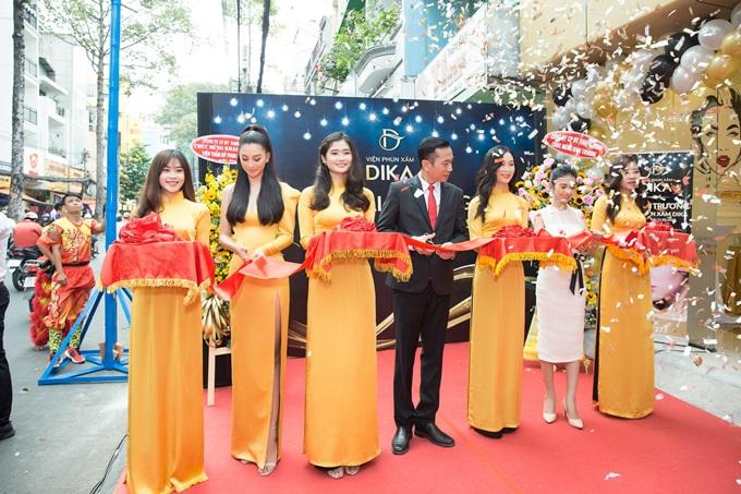 Ông Võ Thanh Đạm - Tổng Giám đốc công ty CPĐT Khang Minh (giữa), bà Lê Thị Hạnh Duyên - trưởng chi nhánh Viện phun xăm Dika (phải) và Hoa hậu Trần Tiểu Vy cùng cắt băng mừng khai trương.