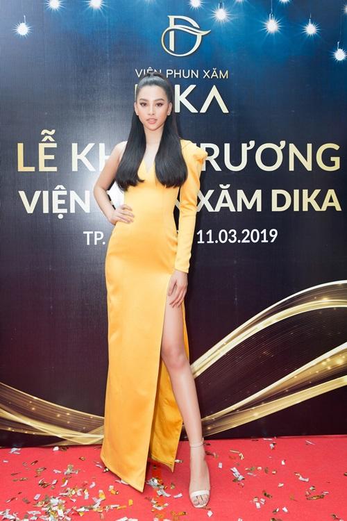 Hoa hậu Việt Nam 2018 Tiểu Vy diện đầm lệch vai, khoe chân dài quyến rũ trên thảm đỏ.