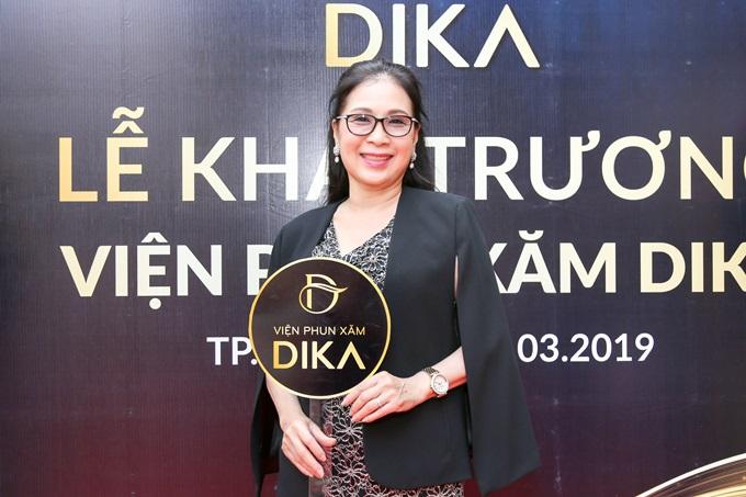 NSƯT Kim Xuân là một trong những khách hàng thân thiết tại Viện phun xăm Dika. Nữ diễn viên gạo cội vừa chỉnh sửa thành công phần chân mày bị trổ màu do mực xăm kém chất lượng.