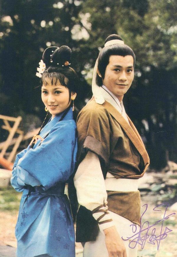 Triệu Nhã Chi (trái) vào vai Chu Chỉ Nhược trong Ỷ Thiên Đồ Long ký do TVB sản xuất năm 1978, đóng chung với Trịnh Thiếu Thu và Uông Minh Thuyên. Bà để lại dấu ấn với nét đẹp dịu dàng.