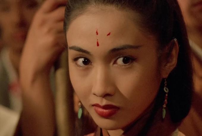 Lê Tư nổi tiếng với vai Triệu Mẫn bướng bỉnh, gian tà trong Ỷ Thiên Đồ Long ký bản năm 2000 của TVB. Nhưng trước đó, cô từng thể hiện nhân vật Chu Chỉ Nhược trong phim điện ảnh cùng tên do Lý Liên Kiệt đóng chính.