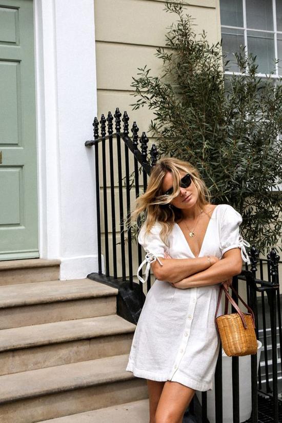 Để trở thành quý cô mùa hè đúng điệu, các nàng nên chọn thêm các kiểu túi có chất liệu thân thiện với môi trường khi mặc váy trắng.