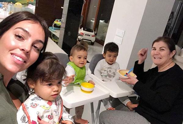 C. Ronaldo đăng ảnh mẹ cùng bạn gái và các con nhân ngày Quốc tế Phụ nữ 8/3.