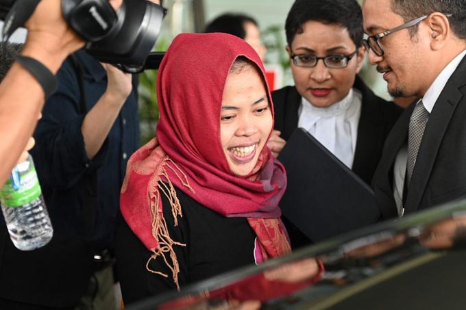 nghi phạm Siti Aisyah tươi cười khi được tuyên bố tự do trong phiên tòa sáng 11/3. Ảnh: AFP.