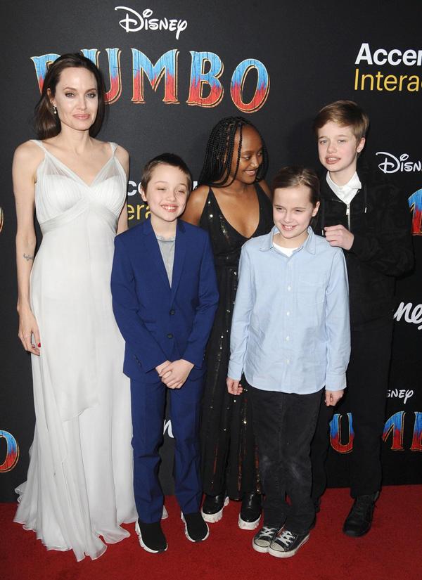 Zahara tự tin trên thảm đỏ cùng các em là Shiloh 12 tuổi, cặp song sinh Knox và Vivienne 10 tuổi.
