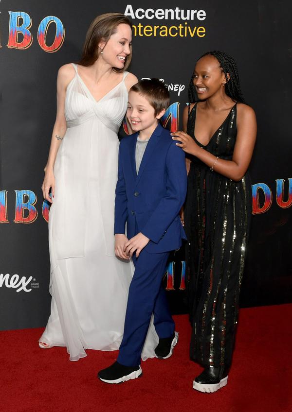Angelina Jolie cùng các con rạng rỡ tới xem phim Dumbo tại rạp El Capitan ở Los Angeles vào tối thứ hai. Cô con gái Zahara, 14 tuổi, gây chú ý khi diện đầm hai dây tôn dáng.